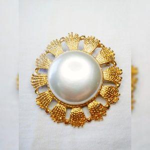 Vintage Jewelry - Vintage Faux Pearl Brooch